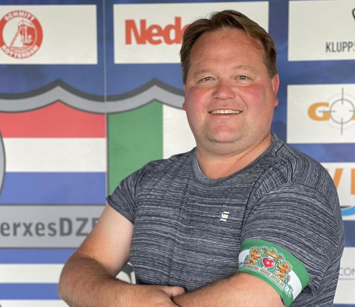 Wim Ravenhorst ontvangt aanvoerdersband van Rotterdam Sportsupport